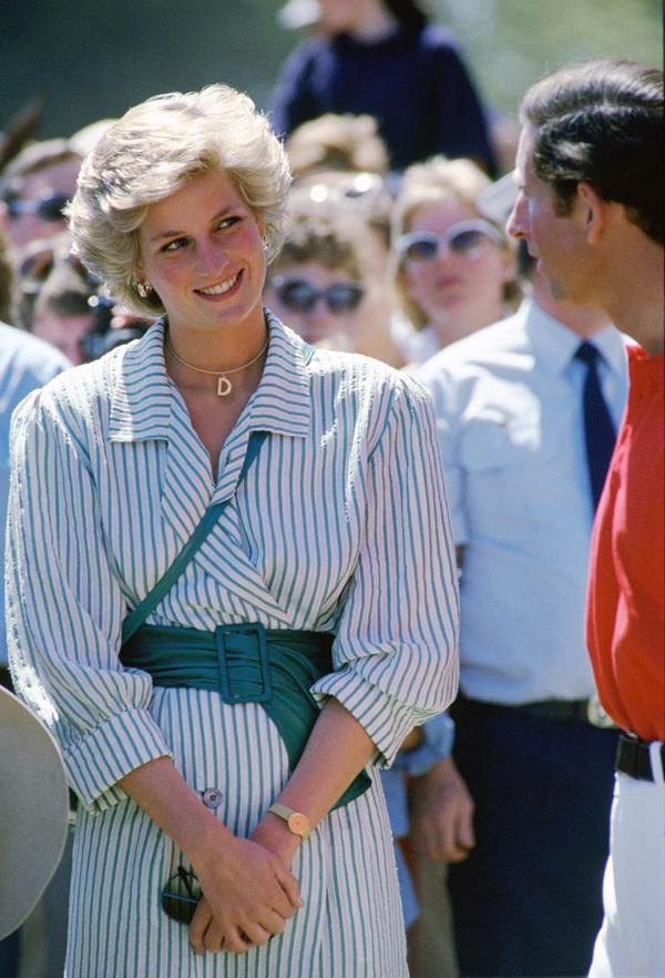 Diana đeo vòng cổ có chữ DCố công nương nhiều lần được trông thấy đeo chiếc vòng cổ với hình chữ cái đầu tiên của tên bà.