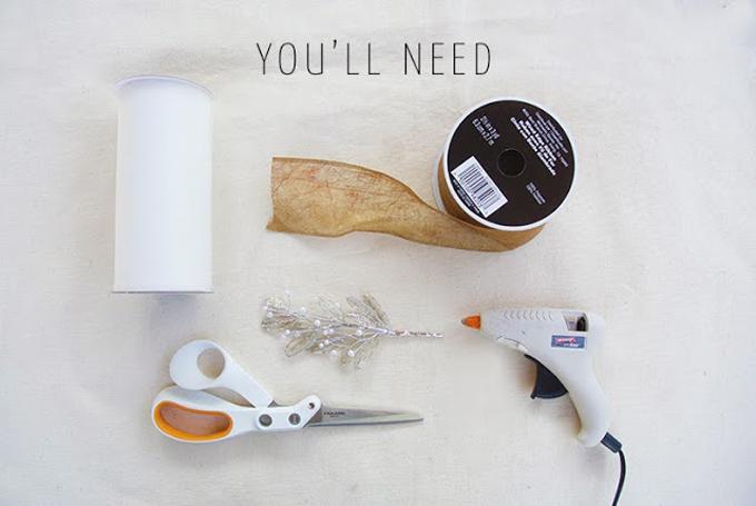 Nguyên vật liệu bạn cần gồm: ruy băng màu nâu sậm (loại dai để không dễ bị rách), súng bắn keo, kéo, đoạn cườm trang trí, vải tuyn.