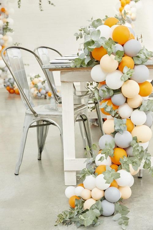 Nếu vòng hoa dành cho cô dâu thì vòng bong bóng là dành cho buổi lễ. Phối hợp những quả bóng nhỏ nhiều kích cỡ, tông màu sáng-tốinhẹ nhàng cùng tán lá, hoa, buổi tiệc sẽtrở nên ấm cúng và gần gũi hơn. Ảnh:Foxes Events