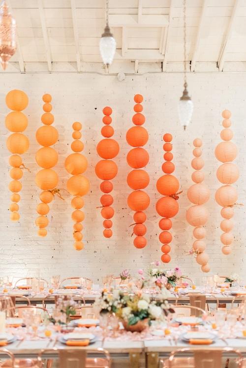 Lấy cảm hứng từ những chiếc đèn lồng, Gather Events đã dùng bong bóng và giấy để tạo nên một bức tường màu ombre ấn tượng. Bạn hoàn toàn có thể sử dụng ý tưởng này cho backdrop hoặc bàn trưng bày với các tông màu chủ đạo khác. Ảnh:Sanaz Photography