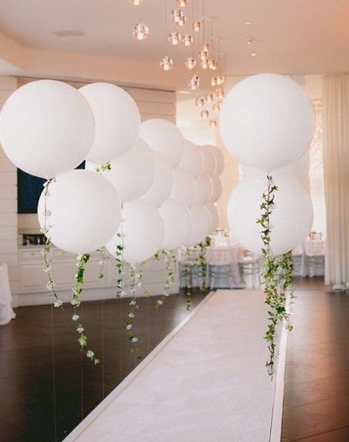 Một gợi ý cho cặp đôi yêu thích phong cách đơn giản và tiết kiệm. Lối vào bằng bóng bay dễ thực hiện, bạn có thể dùng cây leo để trang trí hoặc che đi phần dây bên dưới. Sắc trắng tôn lên vẻ tinh khôi khi cô dâu xuất hiện trong buổi lễ.