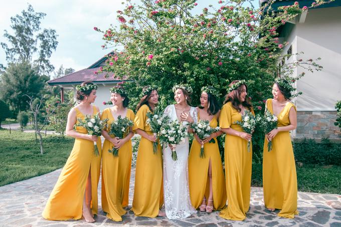 Quý Trân chọn trang phục phù dâu mang màu vàng sặc sỡ, bắt mắt.