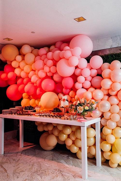 Những quả bóng nhiều kích thướcđược đính dày trên trần nhà và bức tường phía sau. Sử dụng tông màu nóng chủ đạo hồng tươi, cam và vàng, backdrop rực rỡ này sẽ phù hợp với những cặp đôi phong cách.