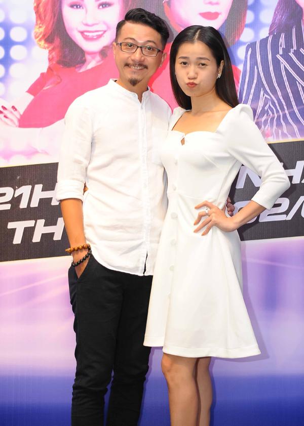 Hứa Minh Đạt - Lâm Vỹ Dạ mặc ton-sur-ton trắng dự buổi họp báo công bố gameshow mới Đấu trường âm nhạc. Lâm Vỹ Dạ là thủ lĩnh, dẫn dắt các thí sinh trong sân chơi này. Cô cho biết bản thân cảm thấy khá áp lực vì không có chuyên môn âm nhạc bằng các thủ lĩnh khác.