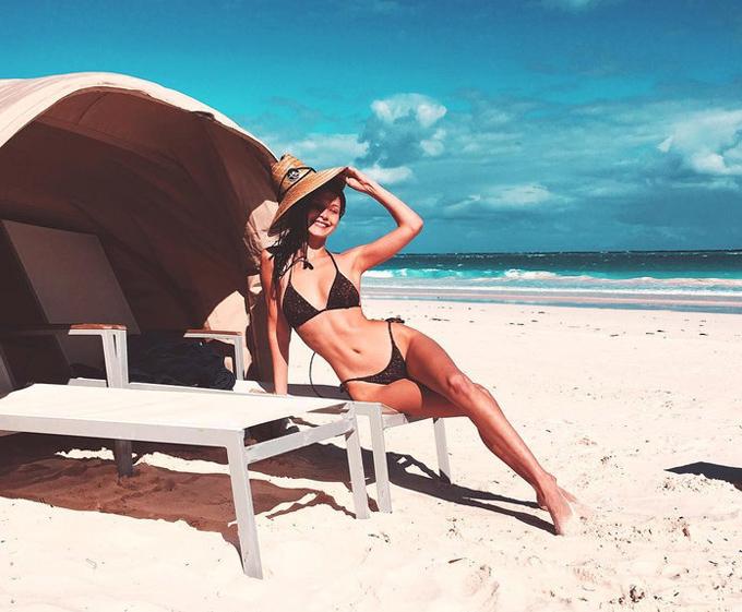 Chân dài Bella Hadid thường xuyên chọn bikini kích thước nhỏ xíu.