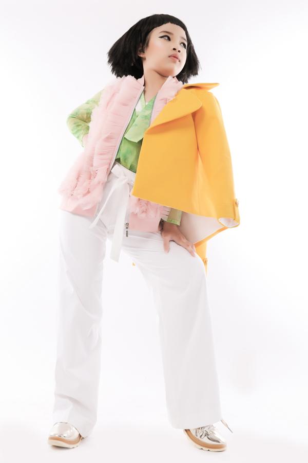 Trang phục sắc màu rực rỡ cùng lối mix - match ngẫu hứng được thể hiện sinh động trong bộ ảnh thời trang mới của mẫu nhí Ngọc Hân.