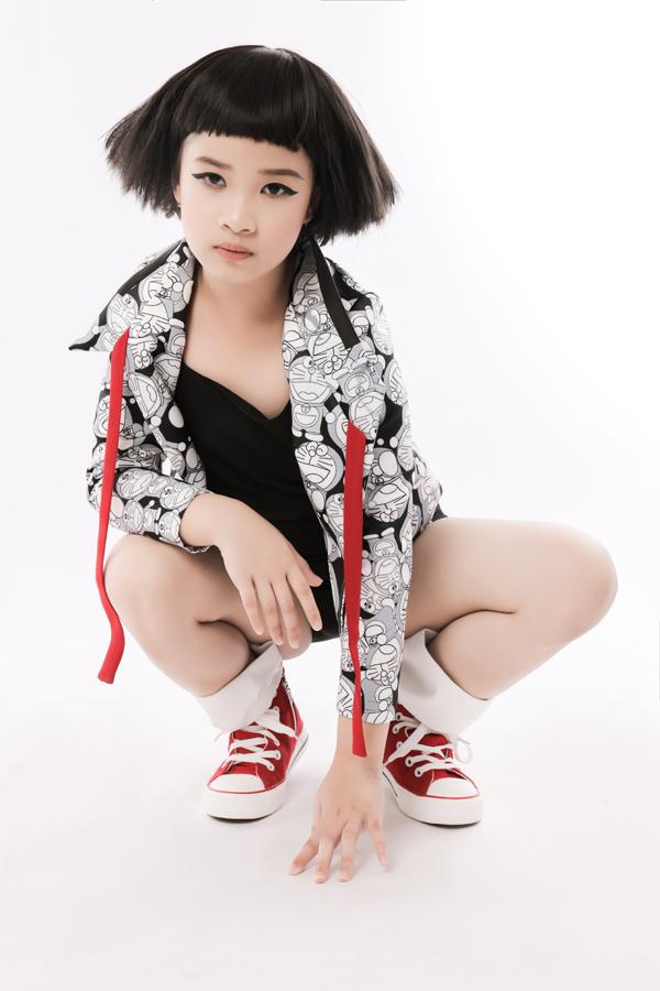 Bộ ảnh được thực hiện với sự hỗ trợ của nhiếp ảnh Nguyễn Du, trang điểmHuy Nguyễn, làm tóc Ken Huỳnh, stylistTô Quốc Sơn.