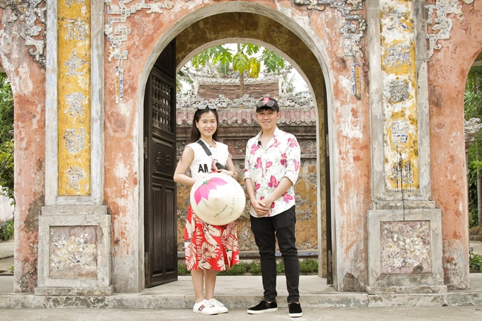 Họ dành thời gian đi tham quan Phủ Tuy Lý Vương - người con thứ 11 của vua Minh Mạng, tham quan Nhà rường cổ hơn 120 năm...