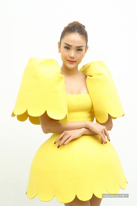 Bộ váy Minh Hằng sử dụng là mẫu thiết kế của Công Trí. Trang phục tạo khối cầu kỳ được lấy ý tưởng từ hoa linh lan chuông.