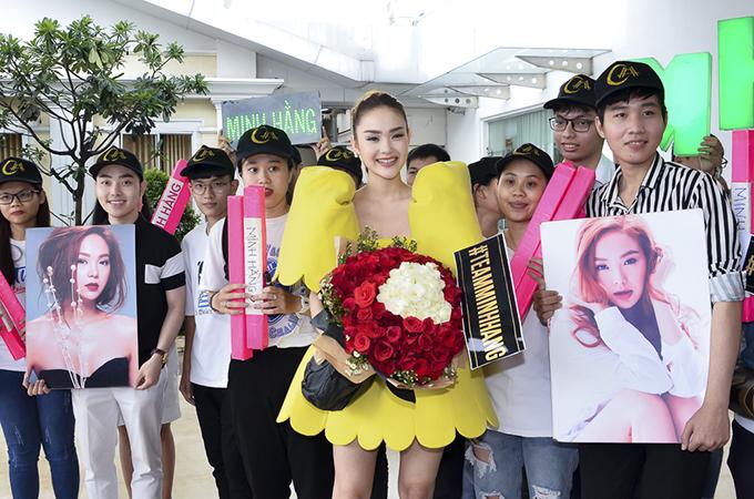 Dù trời mưa nhưng rất nhiều khán giả hâm mộ đã có mặt để cổ vũ cho Bé Heo khi lần đầu đảm nhận vai trò huấn luyện viên The Face.