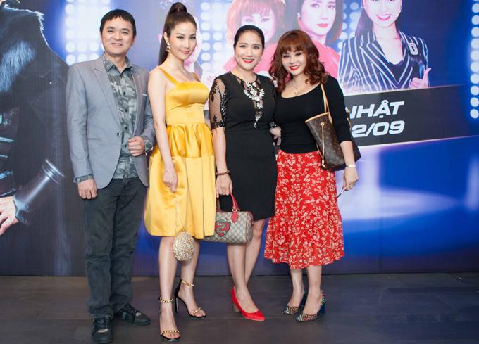 Nghệ sĩ Quốc Thảo (ngoài cùng bên trái) là đạo diễn sân khấu còn diễn viên Cát Tường và Lê Giang (ngoài cùng bên trái) giữ vai trò hai trong số các thủ lĩnh của chương trình.