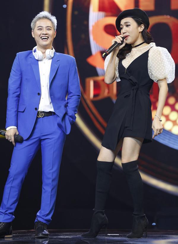 Thỉnh thoảng Diệu Nhi xuất hiện trên sân khấu với phong cách cá tính như ca sĩ.