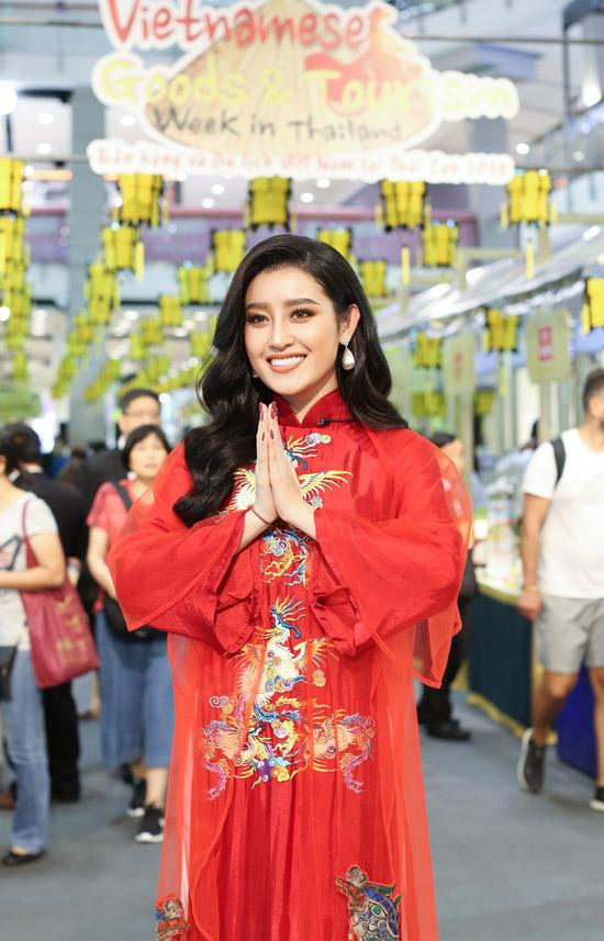 Huyền My diện áo dài đỏ rực, thêu họa tiết rồng khi xuất hiện tại sự kiện Tuần hàng và Du lịch Việt Nam 2018, diễn ra ởBangkok, Thái Lan vào hôm qua (23/8). Vài năm trở lại đây Á hậu có thêm rất nhiều khán giả hâm mộ ở các nước Đông Nam Á, do đó cô đã được ban tổ chức mời tham gia hoạt động quảng bá cho văn hóa, con người Việt Nam.
