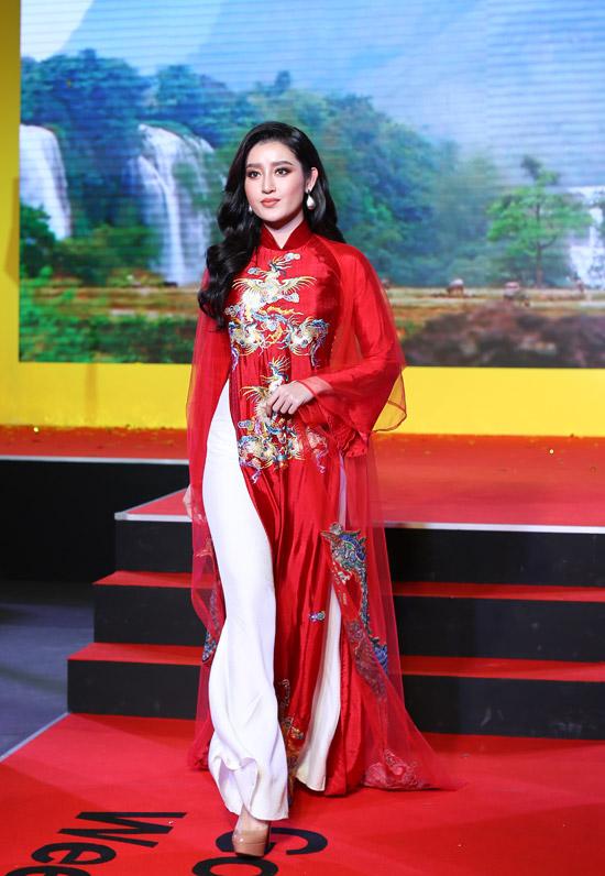 Cô còn đảm nhận vị trí vedette cho màn trình diễn áo dài trong chương trình.