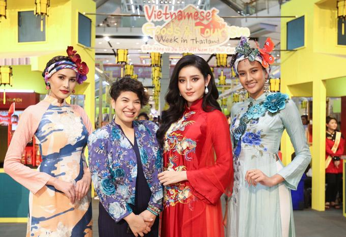 Người đẹp cùng cácchân dài vui vẻ chụp hình với mộtvị quan khách tạigian hàng của Việt Nam.