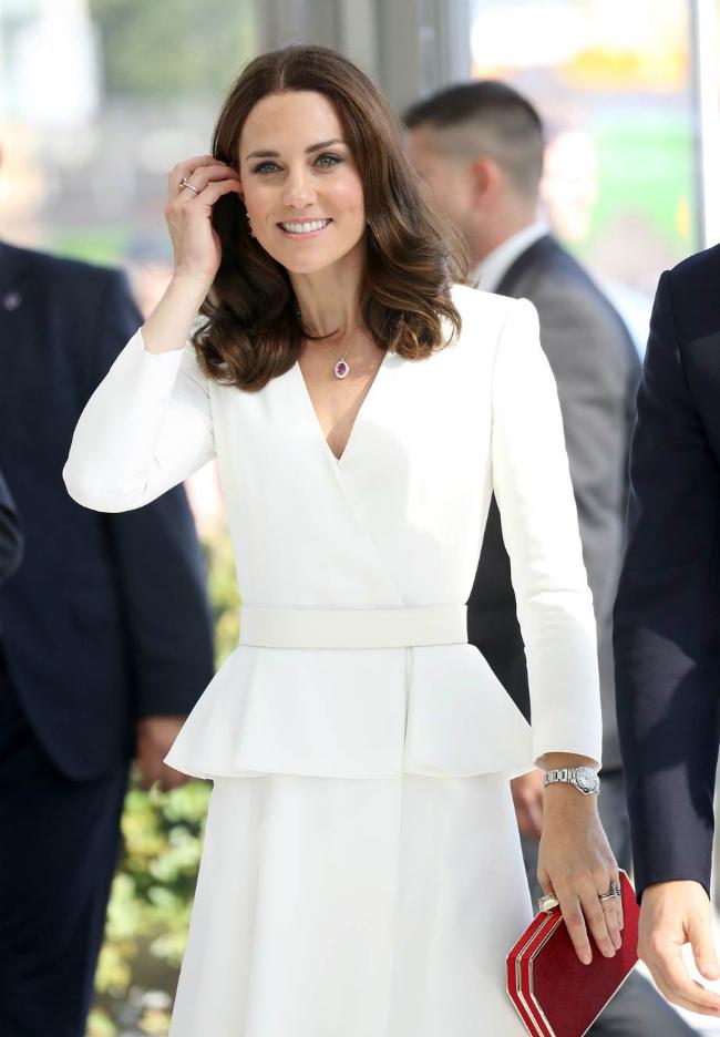 Công nương Kate thường xuất hiện với kiểu tóc xoăn sóng lớn.