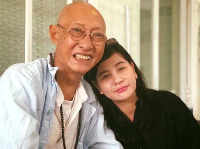 Nghệ sĩ Lê Bình cười tươi chụp ảnh cùng Cát Phượng khi chị vào viện thăm ông, chiều 23/8.