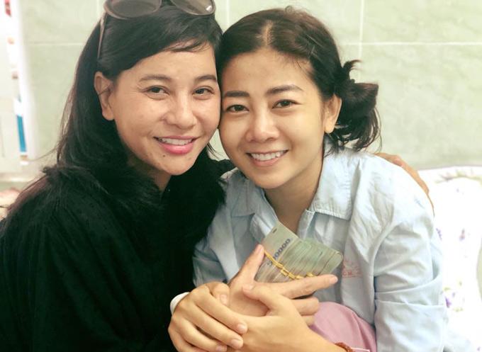 Cát Phượng vào thăm và trao 300 triệu đồng bạn bè, khán giả ủng hộ cho diễn viên Mai Phương.