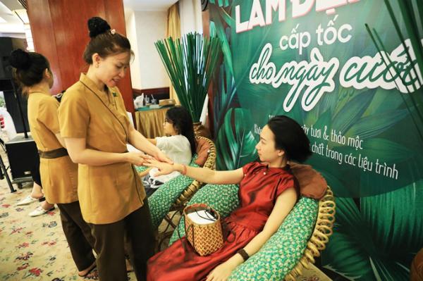 Góc chăm sóc da, massage cơ thể miễn phí thu hút nhiều bạn gái ghé trải nghiệm.