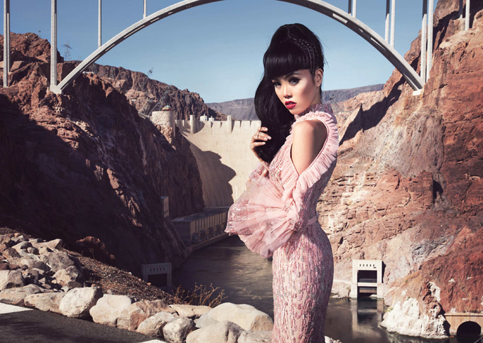 Jessica Minh Anh là người mẫu Pháp gốc Việt. Cô hiện là chủ một công ty tổ chức sự kiện thời trang ở Paris. Jessica Minh Anh tâm sự, cô muốn đưa nền thời trang Việt Nam vươn xa ra thế giới. Người đẹp mới bắt tay với một thương hiệu Việt Nam, chuẩn bị đưa sưu tập Girls run the world giới thiệu với bạn bè quốc tế. Người đẹp chụp ảnh ở đập thủy điện Hoover Dam của Mỹ.