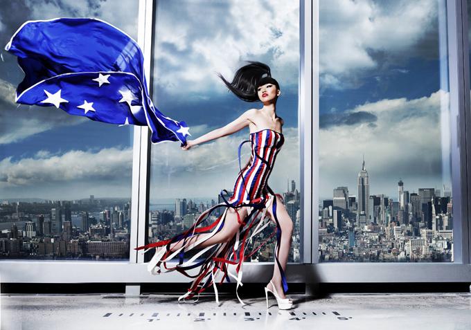 Jessica Minh Anh diễn ấn tượng với mẫu váy tua rua trên tầng cao một tòa nhà tại Paris, Pháp.