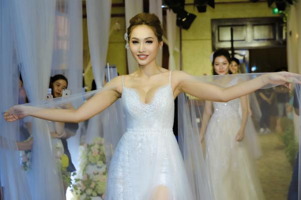 Nhiều thiết kế ứng dụng dáng váy bồng xoè, đuôi cá kết hợp cùng phần xẻ vai, khoét ngực nhằm tạo vẻ nữ tính cho các cô dâu.