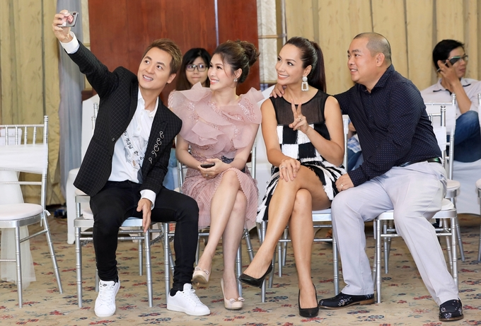 Vo chong Dang Khoi selfie voi Minh Khang Thuy Hanh