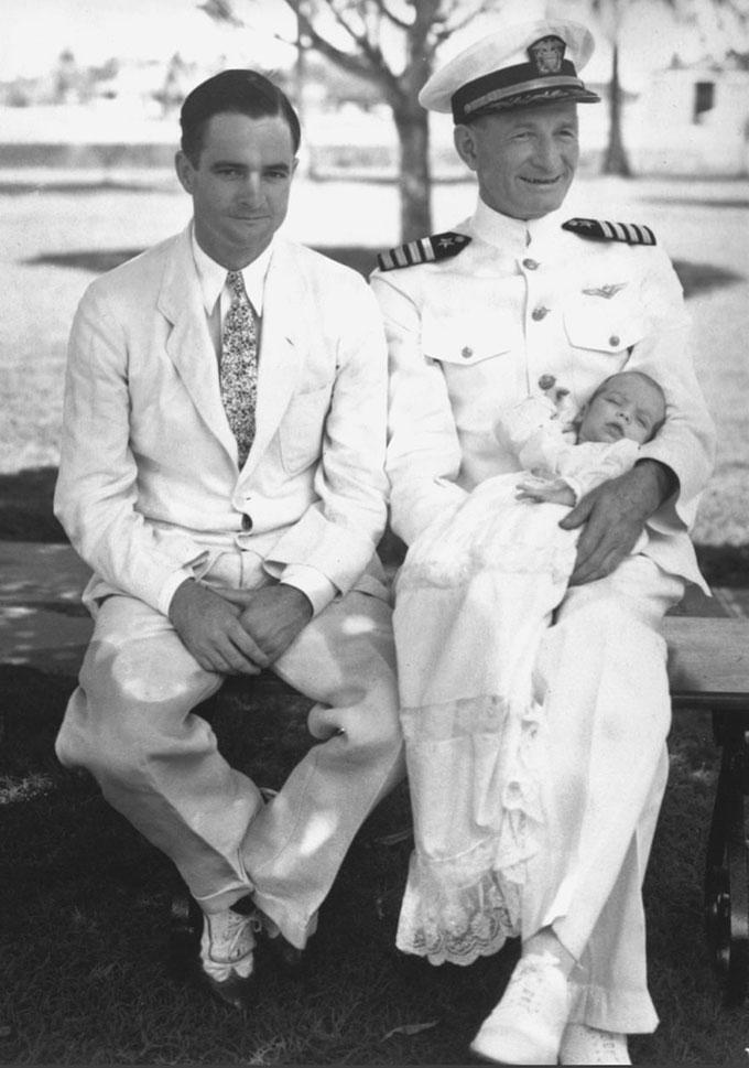 John trong vòng tay của ông nội, John Sidney McCaine (phải), và bố, John Sidney McCain Jr (trái), ở kênh đào Panama năm 1936 khi mới chào đời vài tháng. Ảnh: AP.