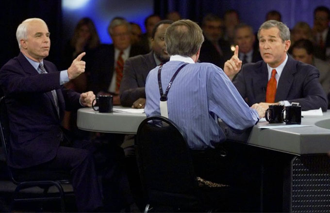 Ứng cứ viên tổng thống đảng Cộng hoà John McCain và George W Bush trả lời câu hỏi của MC Larry King trong một cuộc tranh luận tổng thống ở Nam Carollina vào tháng 2/200. Ảnh: AP.