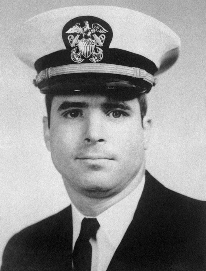 Chân dung McCain trong bộ đồng phục hải quân những năm 1960. Ảnh: Bettmann.