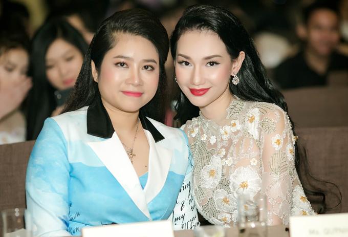 Nữ MC chụp ảnh cùng bà Trang Triệu - đại diện quỹ đầu tư hợp tác, hỗ trợ cô làm phim.