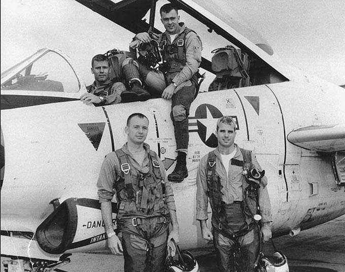 John McCain với các thành viên phi đội cạnh chiếc máy bay huấn luyện T-2 Buckeye tại bắc Mỹ. Ảnh: Alamy.