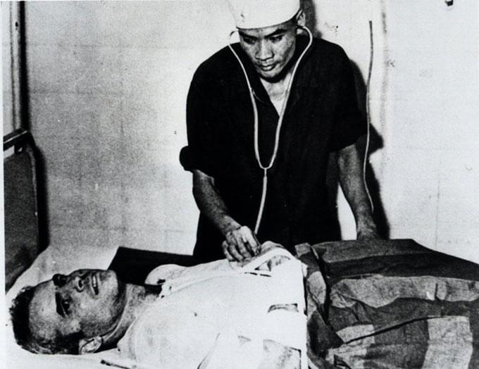ohn McCaine được đưa vào một bệnh viện ở Hà Nội trong tư các tù nhân chiến tranh vào mùa thu năm 1967. Ảnh: AP.