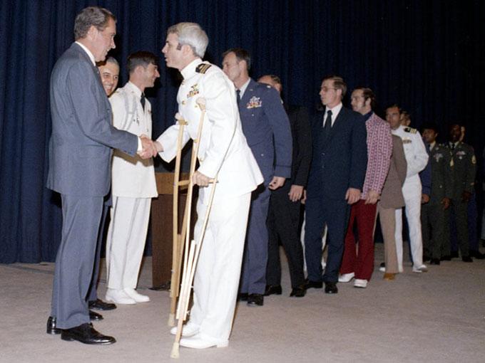 Tổng thống Richard Nixong chào đón Đại tá John McCain tại Washington tháng 5/1973. Ảnh: PhotoQuest.