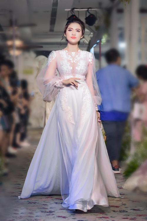 Với áo dài phom váy cưới, màu trắng, đỏ, vàng đồng được ưa chuộng hơn cả,