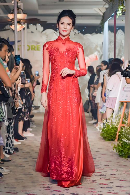 Khoảng hơn 4 năm về trước, khi giới thiệu những mẫu váy cưới được thiết kế dựa trên phom dáng của váy cưới phương Tây, Minh Châu đã trở thành thương hiệu được các cô dâu đánh giá cao. Kiểu áo 4-6 tà được may bằng chất liệu vải lưới pha ren, cổ áo inlusion (2 trong 1), tà áo rộng tạo phom chữ A... là những đặc trưng của phong cách này.