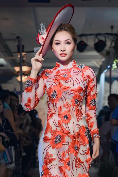 NTK Minh Châu kết hợp hài hòa giữa hoa văn in trên vải lụa và hoa văn thêu nổi 3D, kết cườm nhụy hoa để tạo hiệu ứng độc đáo.