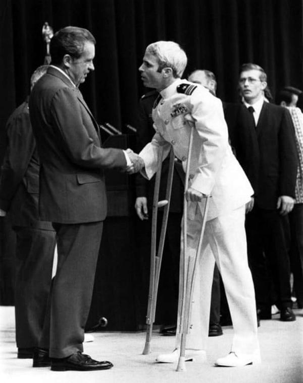 Cố tổng thống Mỹ Nixon vinh danh McCain trở về từ Việt Nam năm 1973tại Bộ Ngoại giao nước này. Ảnh:U.S. Navy.