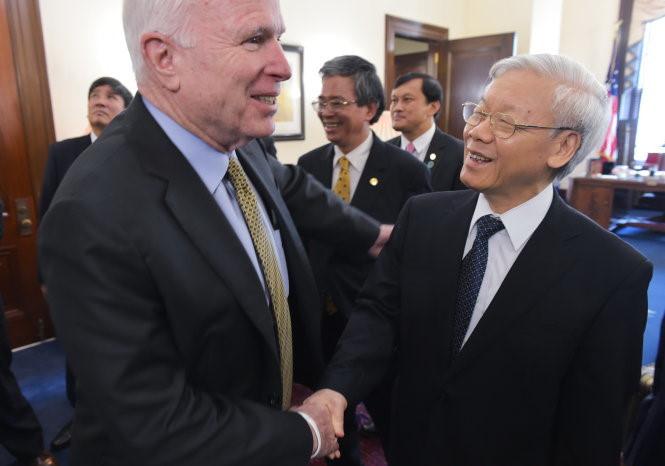 Ông McCain gặp ông Nguyễn Phú Trọng trong chuyến thăm đầu tiên của một Tổng bí thư Đảng Cộng sản Việt Nam tới Mỹ năm 2015. Ảnh:AFP.