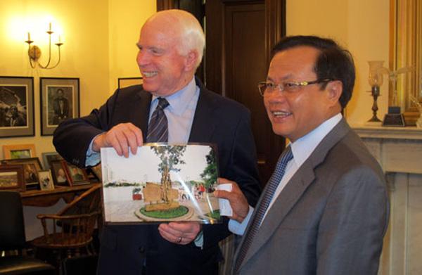 Bí thư Phạm Quang Nghịtặng ảnh chứng tích máy bay cựu binh McCain rơitại hồ Trúc Bạch để kỷ niệm chuyếnthăm của Thượng nghị sĩ Mỹ năm 2014. Ảnh:Vietnamnet.