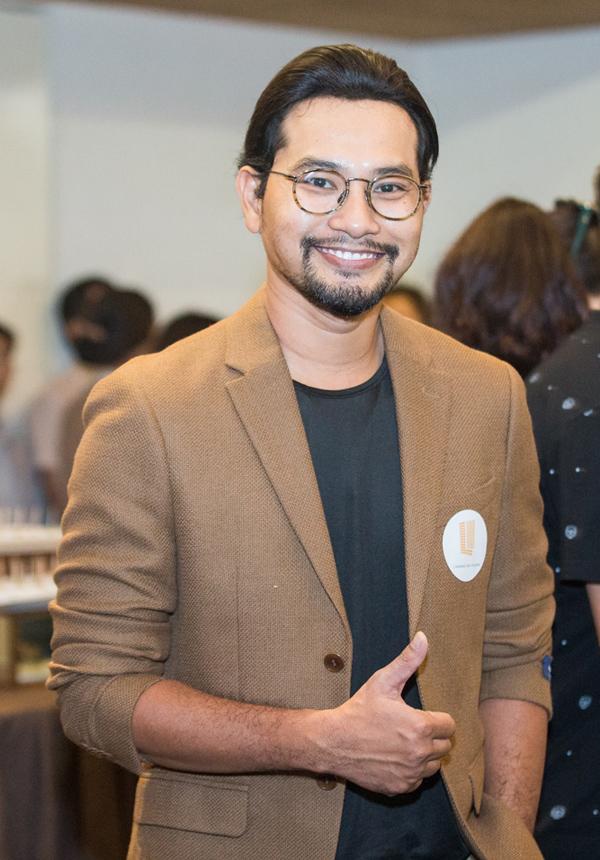 Diễn viên Huỳnh Đông trông phong trần khi để râu đi sự kiện.