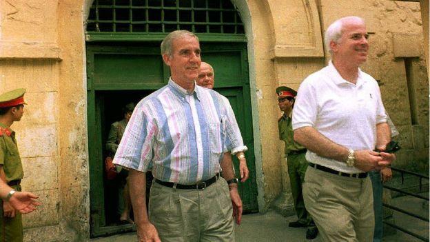 Cựu ứng viên tổng thống Mỹtừng bị giam giữ 5 năm ở nhà tù Hỏa Lò, Hà Nộithăm lại di tích này năm 2009. Ảnh:BBC.