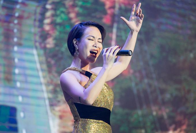Ca sĩ Uyên Linh biểu diễn hai ca khúc Hello Vietnam và Chờ người nơi ấy trong sự kiện.