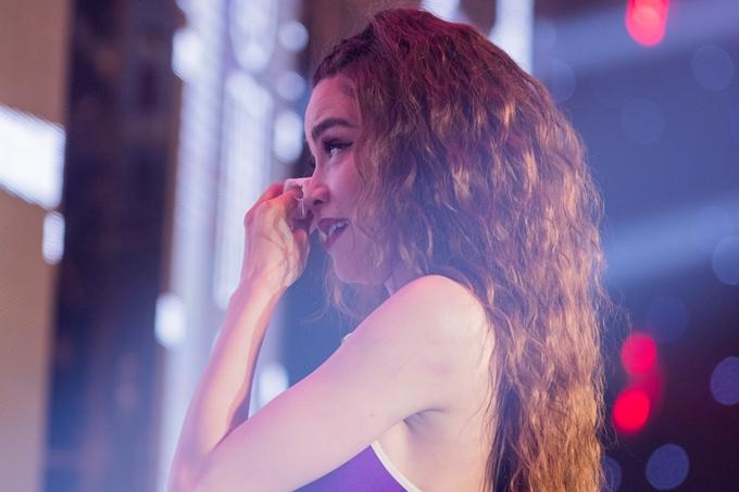 Cô quay lưng vào sân khấu để giấu những giọt nước mắt xúc động của mình.