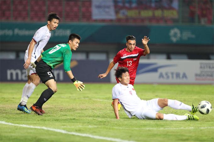 Hàng thủ với bộ ba hậu vệ Đình Trọng, Duy Mạnh, Tiến Dũng và thủ môn Thanh Hóa là lá chắn giúp Việt Nam giữ sạch mành lưới.