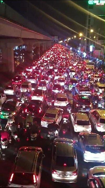 CĐV cả nước đổ xô ra đường ăn mừng sau chiến thắng của Olympic Việt Nam - 3