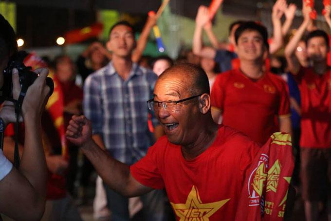 Người Sài Gòn đổ ra đường đi bão sau trận Việt Nam thắng Syria - 1
