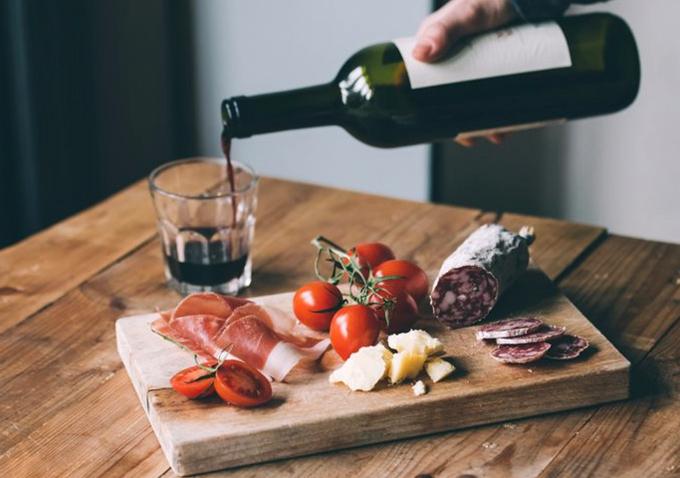 Phomai, thịt nguội và rượu vang - đó là sự kết hợp chuẩn nhất.