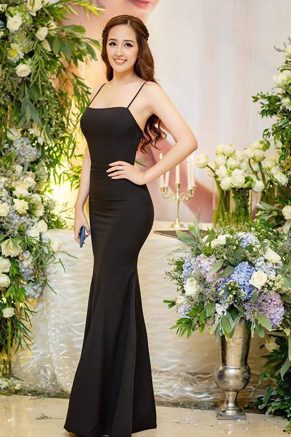 Không cần sử dụng các mẫu váy đính kết cầu kỳ, nhưng Mai Phương Thuý vẫn giúp mình hút ánh nhìn nhờ mẫu váy khoe đường cong triệt để.