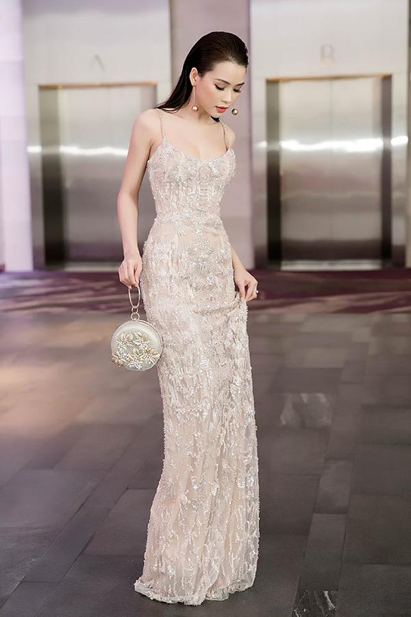 Phần cắt ráp kỹ lưỡng đã tạo nên mẫu váy hai dây có phom dáng chuẩn mực, khiến hot girl Sam trở nên quyến rũ hơn.
